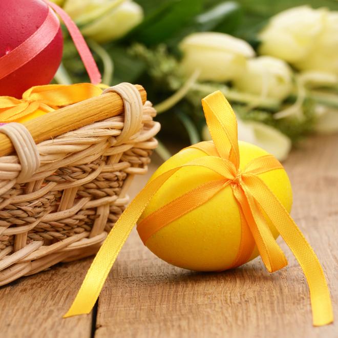 Пасхальные яйца, декорированные ленточками и тесьмой