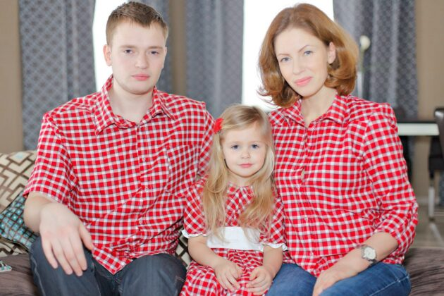 одинаково одетая семья