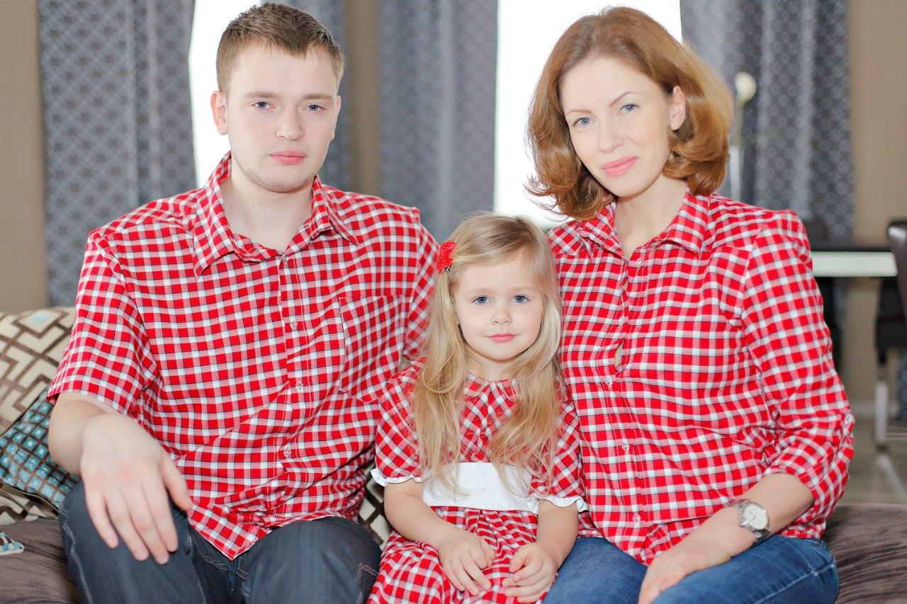 одягнена однаково сім'я