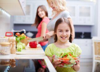 як навчити дитину допомагати